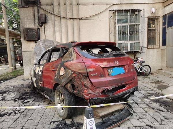 郑州一辆北京现代ix35突然自燃起火,驾驶员险遭不测